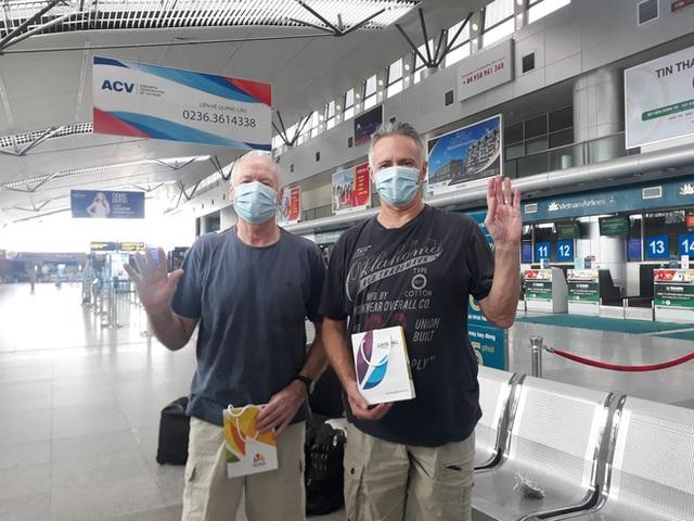 2 bệnh nhân người Anh được chữa khỏi Covid-19 chia sẻ trước khi lên máy bay về nước: Tôi rất cảm động vì sự chu đáo của các bạn  - Ảnh 1.