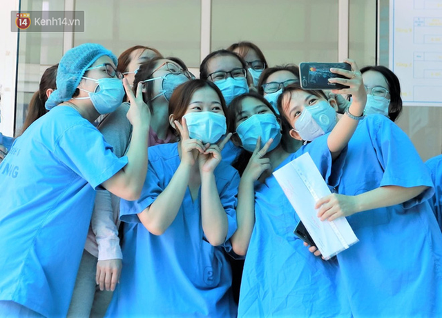 Nụ cười sau lớp khẩu trang của các bác sĩ chữa khỏi 6 ca bệnh Covid-19 ở Đà Nẵng: Tổ quốc gọi, chúng tôi luôn sẵn sàng. Chúng tôi không e sợ! - Ảnh 1.
