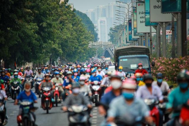 Sài Gòn đông đúc khi sắp kết thúc đợt cách ly toàn xã hội 14 ngày - Ảnh 1.  Sài Gòn đông đúc khi sắp kết thúc đợt cách ly toàn xã hội 14 ngày photo 1 15865722116921698964482