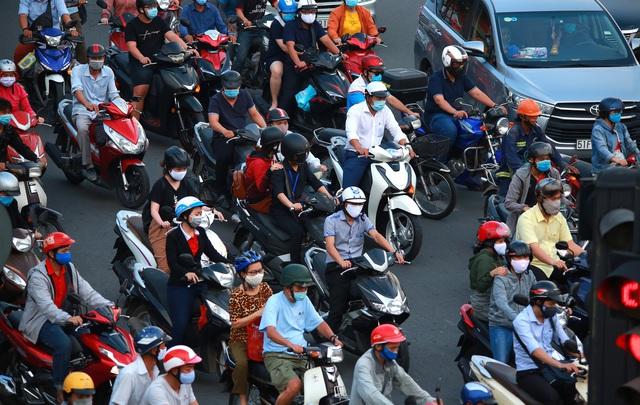 Sài Gòn đông đúc khi sắp kết thúc đợt cách ly toàn xã hội 14 ngày - Ảnh 11.  Sài Gòn đông đúc khi sắp kết thúc đợt cách ly toàn xã hội 14 ngày photo 10 15865722179241195496475