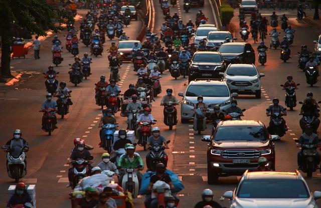 Sài Gòn đông đúc khi sắp kết thúc đợt cách ly toàn xã hội 14 ngày - Ảnh 12.  Sài Gòn đông đúc khi sắp kết thúc đợt cách ly toàn xã hội 14 ngày photo 11 1586572217925353607121