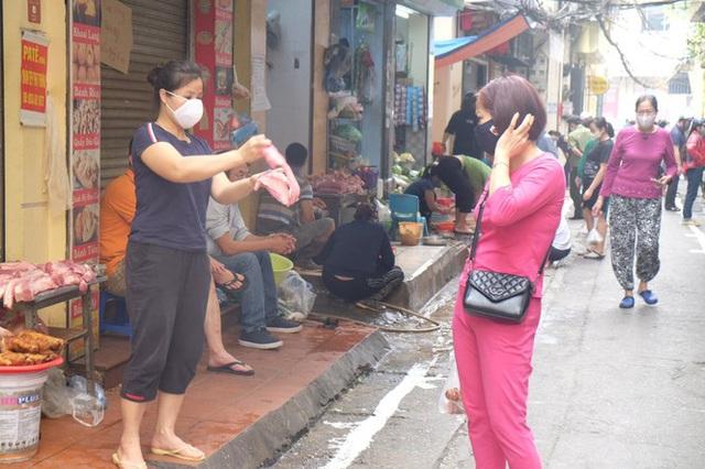 Hà Nội: Lập chốt, kẻ vạch sơn nơi công cộng, siết chặt giãn cách xã hội - Ảnh 12.