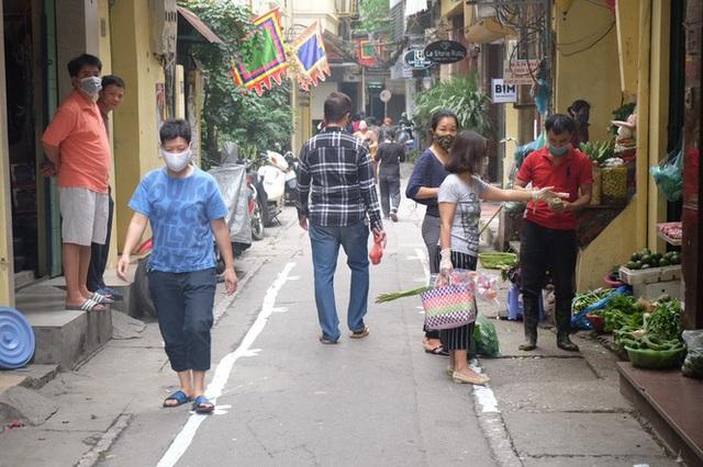 Hà Nội: Lập chốt, kẻ vạch sơn nơi công cộng, siết chặt giãn cách xã hội - Ảnh 13.