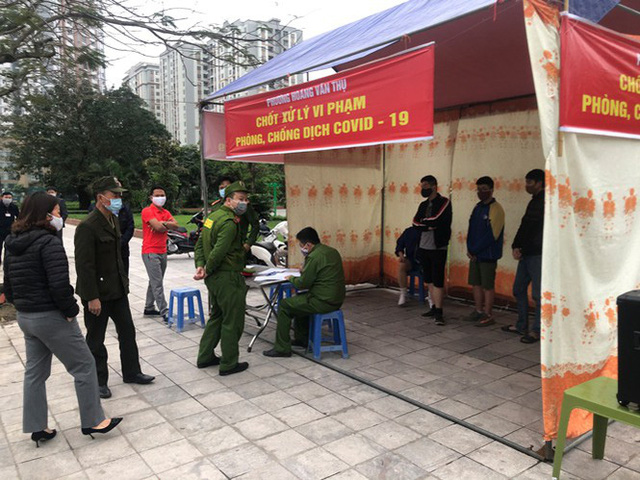 Hà Nội: Lập chốt, kẻ vạch sơn nơi công cộng, siết chặt giãn cách xã hội - Ảnh 15.