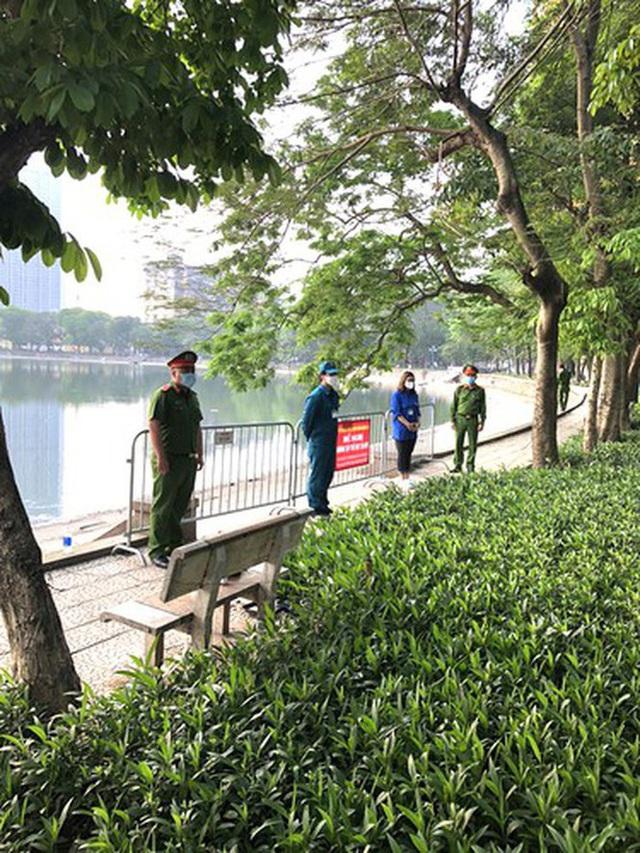 Hà Nội: Lập chốt, kẻ vạch sơn nơi công cộng, siết chặt giãn cách xã hội - Ảnh 16.
