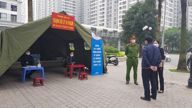 Hà Nội: Lập chốt, kẻ vạch sơn nơi công cộng, siết chặt giãn cách xã hội - Ảnh 17.