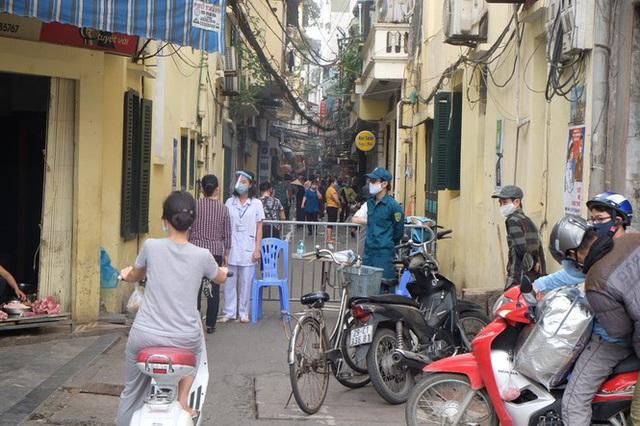 Hà Nội: Lập chốt, kẻ vạch sơn nơi công cộng, siết chặt giãn cách xã hội - Ảnh 3.