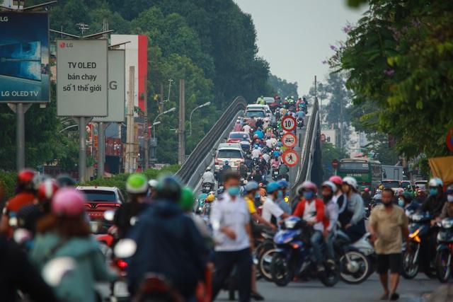 Sài Gòn đông đúc khi sắp kết thúc đợt cách ly toàn xã hội 14 ngày - Ảnh 4.  Sài Gòn đông đúc khi sắp kết thúc đợt cách ly toàn xã hội 14 ngày photo 3 15865722179211391001539
