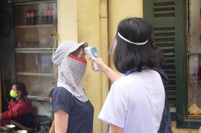 Hà Nội: Lập chốt, kẻ vạch sơn nơi công cộng, siết chặt giãn cách xã hội - Ảnh 4.