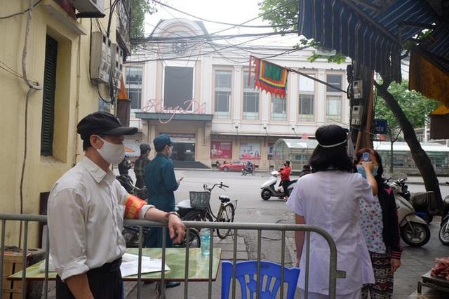 Hà Nội: Lập chốt, kẻ vạch sơn nơi công cộng, siết chặt giãn cách xã hội - Ảnh 5.
