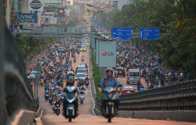 Sài Gòn đông đúc khi sắp kết thúc đợt cách ly toàn xã hội 14 ngày - Ảnh 6.  Sài Gòn đông đúc khi sắp kết thúc đợt cách ly toàn xã hội 14 ngày photo 5 1586572217922741583197