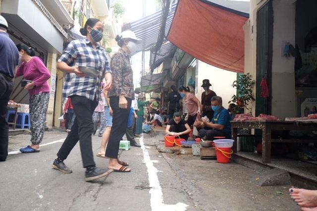 Hà Nội: Lập chốt, kẻ vạch sơn nơi công cộng, siết chặt giãn cách xã hội - Ảnh 6.