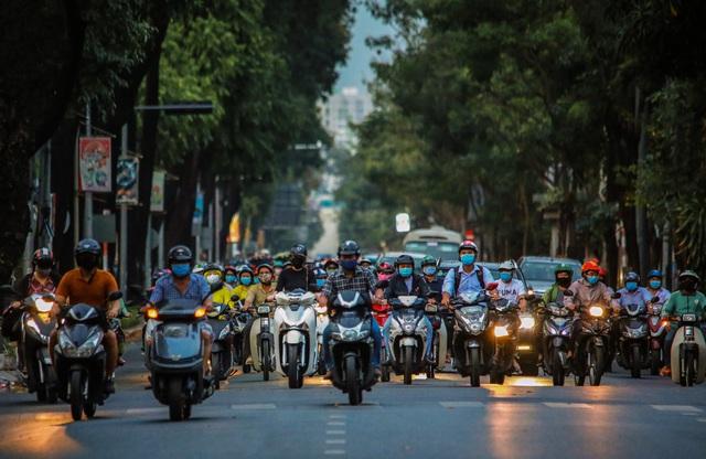 Sài Gòn đông đúc khi sắp kết thúc đợt cách ly toàn xã hội 14 ngày - Ảnh 7.  Sài Gòn đông đúc khi sắp kết thúc đợt cách ly toàn xã hội 14 ngày photo 6 15865722179222018330450