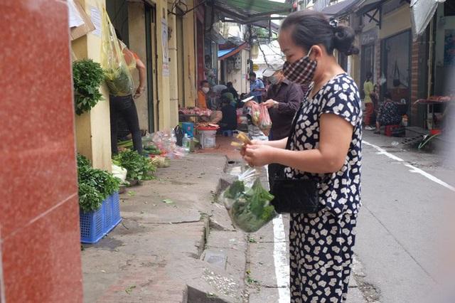 Hà Nội: Lập chốt, kẻ vạch sơn nơi công cộng, siết chặt giãn cách xã hội - Ảnh 7.