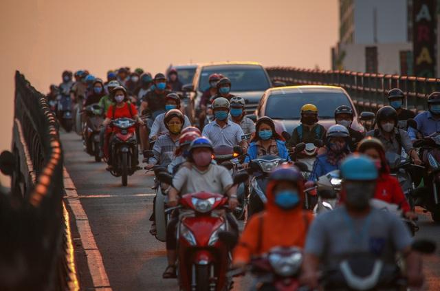 Sài Gòn đông đúc khi sắp kết thúc đợt cách ly toàn xã hội 14 ngày - Ảnh 8.  Sài Gòn đông đúc khi sắp kết thúc đợt cách ly toàn xã hội 14 ngày photo 7 15865722179231413731651