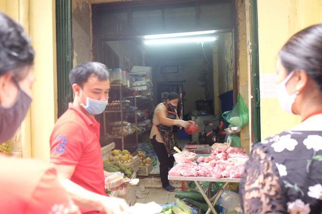 Hà Nội: Lập chốt, kẻ vạch sơn nơi công cộng, siết chặt giãn cách xã hội - Ảnh 8.