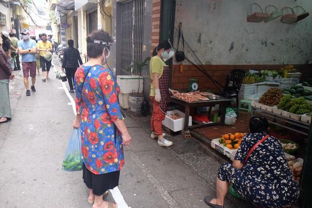 Hà Nội: Lập chốt, kẻ vạch sơn nơi công cộng, siết chặt giãn cách xã hội - Ảnh 9.