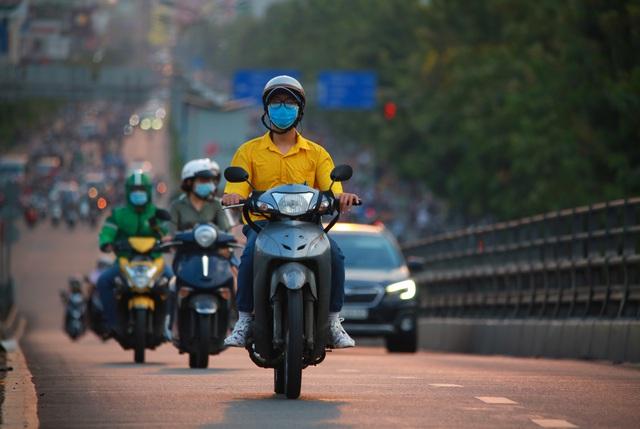 Sài Gòn đông đúc khi sắp kết thúc đợt cách ly toàn xã hội 14 ngày - Ảnh 10.  Sài Gòn đông đúc khi sắp kết thúc đợt cách ly toàn xã hội 14 ngày photo 9 1586572217924877454035