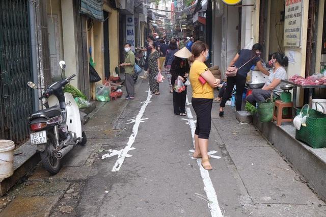 Hà Nội: Lập chốt, kẻ vạch sơn nơi công cộng, siết chặt giãn cách xã hội - Ảnh 10.