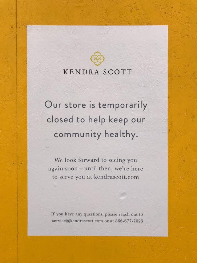 Phải đóng cửa vì dịch, các cửa hàng ở New York không quên trấn an khách hàng bằng những thông điệp vui vẻ, tích cực: Cẩn thận nhé, nhất định chúng tôi sẽ trở lại - Ảnh 1.