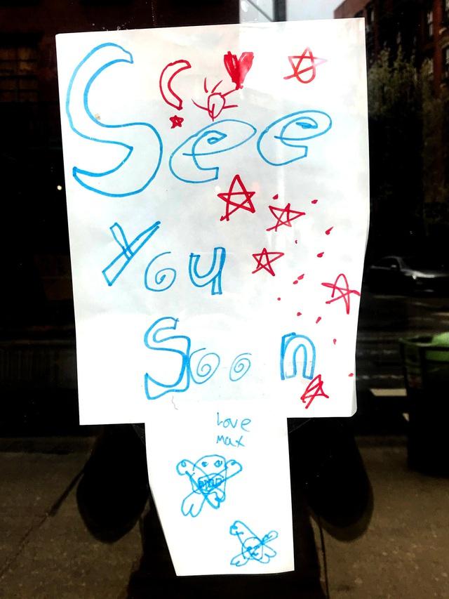 Phải đóng cửa vì dịch, các cửa hàng ở New York không quên trấn an khách hàng bằng những thông điệp vui vẻ, tích cực: Cẩn thận nhé, nhất định chúng tôi sẽ trở lại - Ảnh 9.