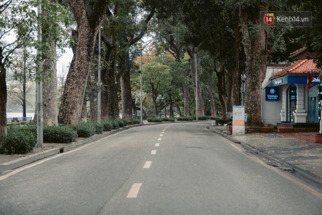 Chùm ảnh: Hà Nội đón mưa dày hạt do không khí lạnh, đường phố càng thêm vắng vẻ giữa những ngày cách ly xã hội - Ảnh 2.