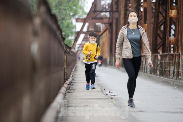 Nườm nượp người tập thể dục trên cầu Long Biên chiều cuối tuần - Ảnh 1.