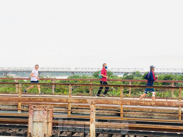Nườm nượp người tập thể dục trên cầu Long Biên chiều cuối tuần - Ảnh 2.