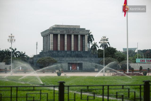 Chùm ảnh: Hà Nội đón mưa dày hạt do không khí lạnh, đường phố càng thêm vắng vẻ giữa những ngày cách ly xã hội - Ảnh 11.