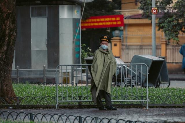Chùm ảnh: Hà Nội đón mưa dày hạt do không khí lạnh, đường phố càng thêm vắng vẻ giữa những ngày cách ly xã hội - Ảnh 12.