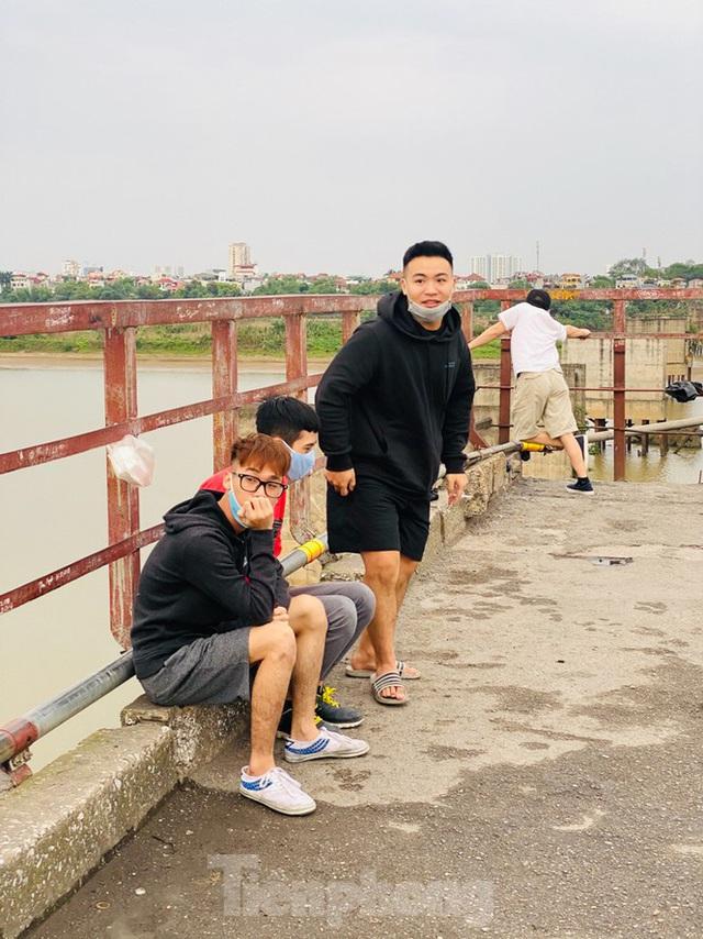 Nườm nượp người tập thể dục trên cầu Long Biên chiều cuối tuần - Ảnh 12.