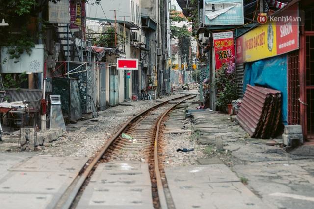 Chùm ảnh: Hà Nội đón mưa dày hạt do không khí lạnh, đường phố càng thêm vắng vẻ giữa những ngày cách ly xã hội - Ảnh 13.
