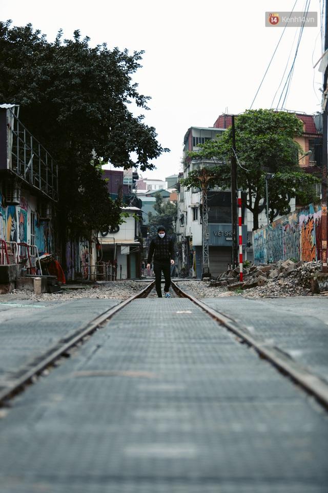 Chùm ảnh: Hà Nội đón mưa dày hạt do không khí lạnh, đường phố càng thêm vắng vẻ giữa những ngày cách ly xã hội - Ảnh 14.