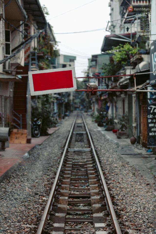 Chùm ảnh: Hà Nội đón mưa dày hạt do không khí lạnh, đường phố càng thêm vắng vẻ giữa những ngày cách ly xã hội - Ảnh 15.