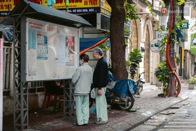 Chùm ảnh: Hà Nội đón mưa dày hạt do không khí lạnh, đường phố càng thêm vắng vẻ giữa những ngày cách ly xã hội - Ảnh 16.