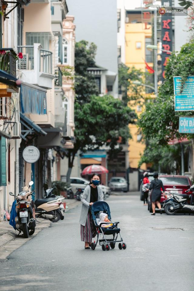 Chùm ảnh: Hà Nội đón mưa dày hạt do không khí lạnh, đường phố càng thêm vắng vẻ giữa những ngày cách ly xã hội - Ảnh 17.