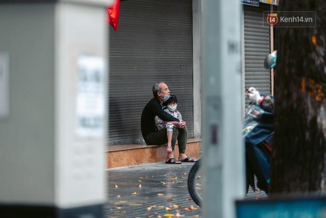 Chùm ảnh: Hà Nội đón mưa dày hạt do không khí lạnh, đường phố càng thêm vắng vẻ giữa những ngày cách ly xã hội - Ảnh 18.
