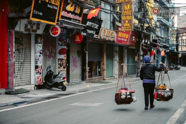 Chùm ảnh: Hà Nội đón mưa dày hạt do không khí lạnh, đường phố càng thêm vắng vẻ giữa những ngày cách ly xã hội - Ảnh 19.