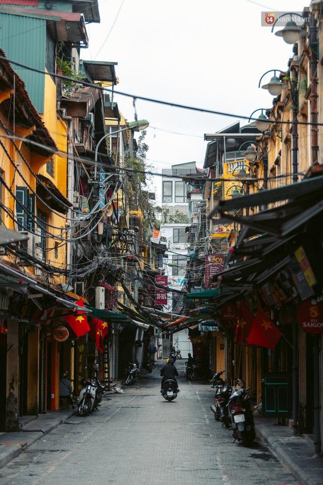 Chùm ảnh: Hà Nội đón mưa dày hạt do không khí lạnh, đường phố càng thêm vắng vẻ giữa những ngày cách ly xã hội - Ảnh 20.