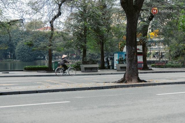 Chùm ảnh: Hà Nội đón mưa dày hạt do không khí lạnh, đường phố càng thêm vắng vẻ giữa những ngày cách ly xã hội - Ảnh 3.