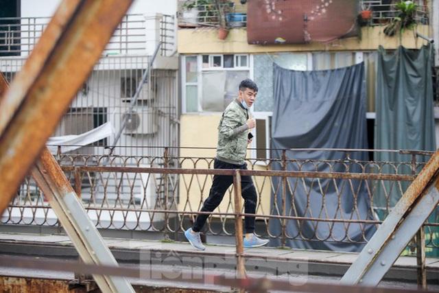 Nườm nượp người tập thể dục trên cầu Long Biên chiều cuối tuần - Ảnh 3.