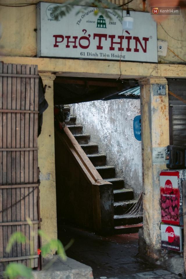 Chùm ảnh: Hà Nội đón mưa dày hạt do không khí lạnh, đường phố càng thêm vắng vẻ giữa những ngày cách ly xã hội - Ảnh 21.
