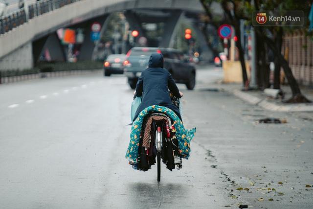 Chùm ảnh: Hà Nội đón mưa dày hạt do không khí lạnh, đường phố càng thêm vắng vẻ giữa những ngày cách ly xã hội - Ảnh 24.