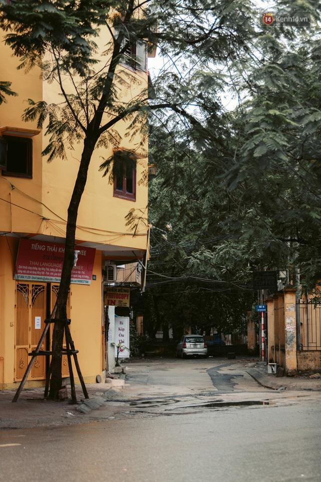 Chùm ảnh: Hà Nội đón mưa dày hạt do không khí lạnh, đường phố càng thêm vắng vẻ giữa những ngày cách ly xã hội - Ảnh 25.