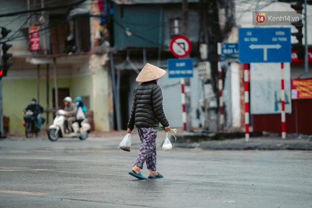Chùm ảnh: Hà Nội đón mưa dày hạt do không khí lạnh, đường phố càng thêm vắng vẻ giữa những ngày cách ly xã hội - Ảnh 26.