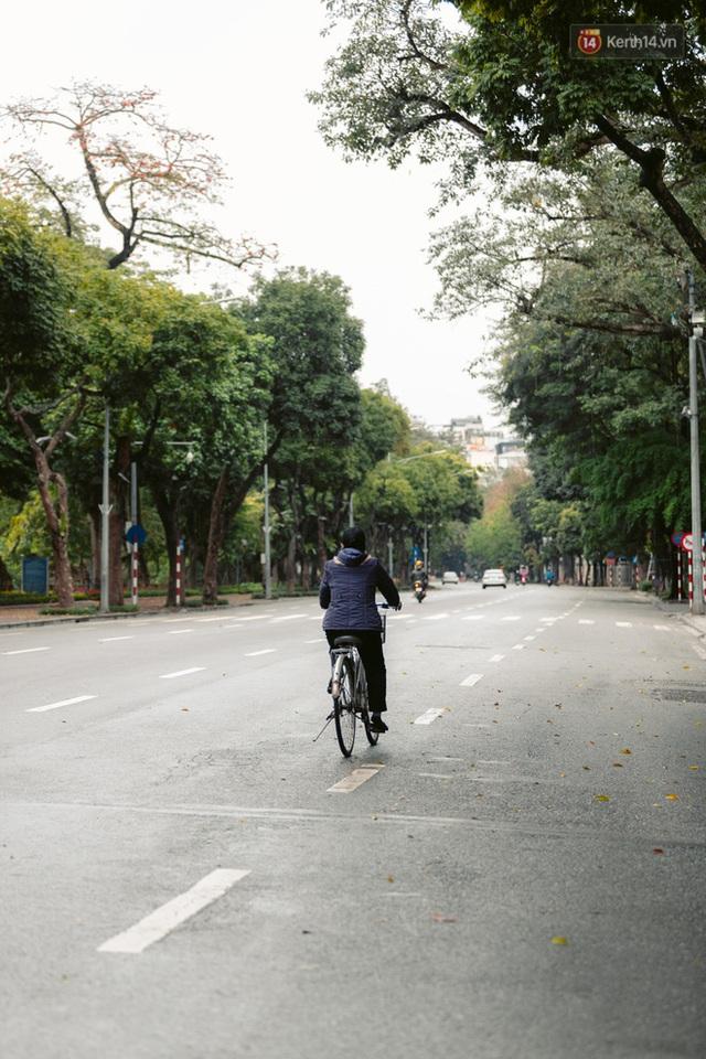 Chùm ảnh: Hà Nội đón mưa dày hạt do không khí lạnh, đường phố càng thêm vắng vẻ giữa những ngày cách ly xã hội - Ảnh 4.