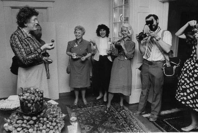 Julia Child: Bà nội trợ trở thành nữ hoàng ẩm thực thế giới bằng niềm đam mê mãnh liệt khiến đấng mày râu cũng phải nể phục - Ảnh 5.