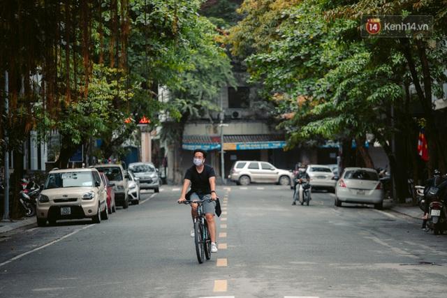 Chùm ảnh: Hà Nội đón mưa dày hạt do không khí lạnh, đường phố càng thêm vắng vẻ giữa những ngày cách ly xã hội - Ảnh 5.
