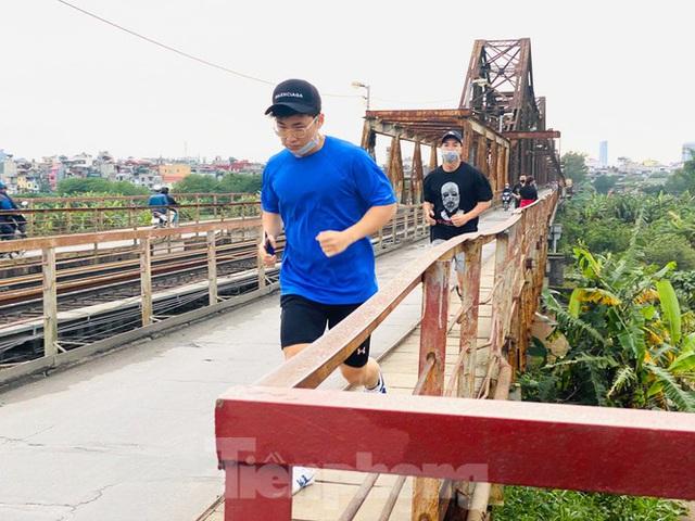 Nườm nượp người tập thể dục trên cầu Long Biên chiều cuối tuần - Ảnh 5.