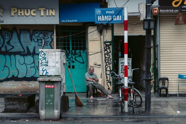 Chùm ảnh: Hà Nội đón mưa dày hạt do không khí lạnh, đường phố càng thêm vắng vẻ giữa những ngày cách ly xã hội - Ảnh 6.